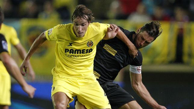 Tomás Pina pelea un balón con el sevillista Krychowiak en un partido de la pasada Liga (Foto: AFP)