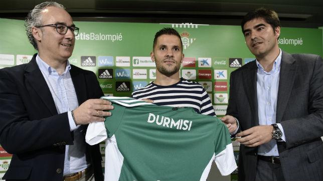 Durmisi posa en la presentación como jugador del Betis junto a Miguel Torrecilla y Ángel Haro, en la sala de prensa del Benito Villamarín (Foto: EFE)