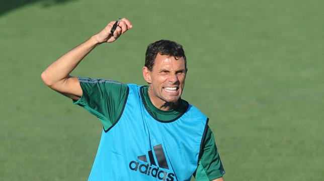 Poyet, en un entrenamiento del Betis en la ciudad deportiva (foto: Juan José Úbeda)
