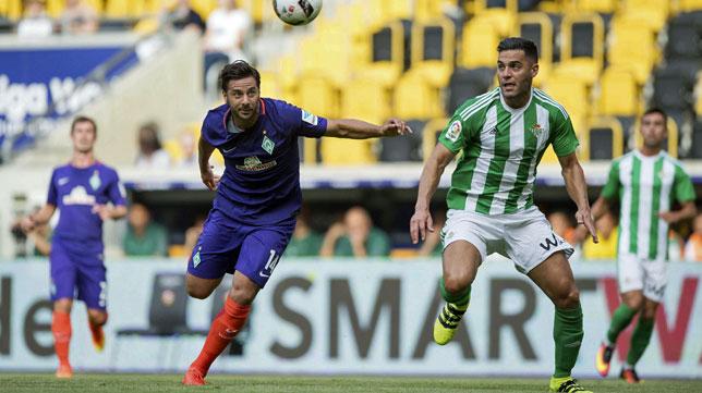 Bruno trata de adelantarse a Pizarro, del Werder Bremen (EFE: Thomas Eisenhuth)