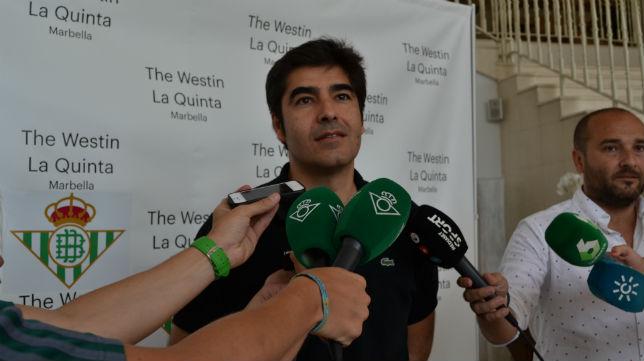 Ángel Haro, atendiendo a los medios de comunicación en el hotel del Betis en Marbella