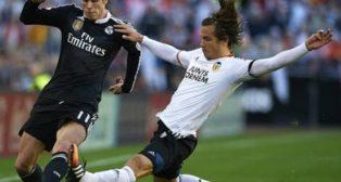 Lucas Orbán intenta arrebatar un balón a Bale