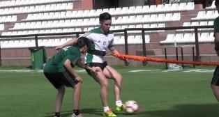 Felipe Gutiérrez hace un ejercicio con balón sobre el césped en Marbella