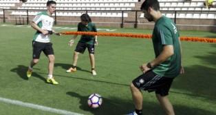 Felipe Gutiérrez, en un ejercicio del entrenamiento de ayer en Marbella (Foto: Real Betis)