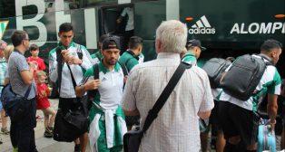 Los jugadores del Betis, a su llegada al hotel de Dresde rodeados de aficionados (Foto: @RealBetis)
