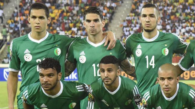 Aïssa Mandi, arriba a la izquierda de la foto, en una formación con la selección de Argelia