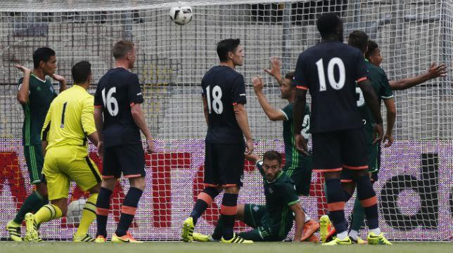 Imagen del gol de Pezzella ante el Everton (Foto: Reuters)