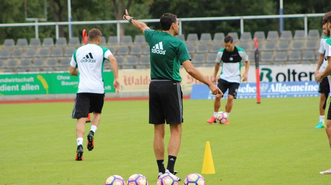 Poyet, en un entrenamiento del Betis (Foto: R. R.)
