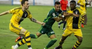 Rafa Navarro pugna con dos jugadores del Fulham (Foto: Alberto Díaz)