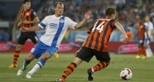 Roman Zozulya, de blanco y azul, en un partido con el Dnipro (Foto: UEFA)