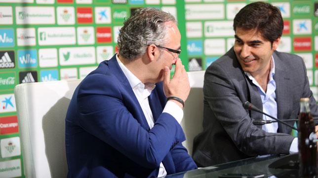 Miguel Torrecilla y Ángel Haro, en una rueda de prensa del Betis (foto: Vanessa Gómez)