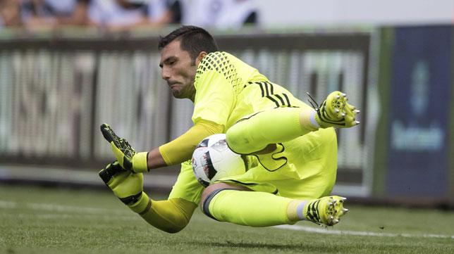 Adán detiene un penalti en la tanda ante el Everton de la Dresden Cup (foto: EFE)