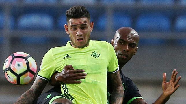Tonny Sanabria pugna con Marvin Zeegelaar, del Sporting de Portugal (foto: EFE/Luis Forra)
