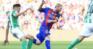 Jonas Martin trata de frenar a Messi (foto: AFP)