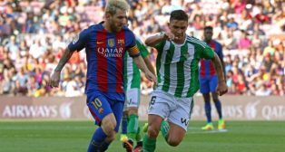 Felipe Gutiérrez trata de frenar a Messi (foto: EFE)