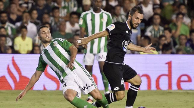 Durmisi, ante un jugador del Deportivo (foto: Juan José Ubeda)