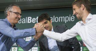 El presidente del Betis, Ángel Haro, junto a Brasanac y el director deportivo Miguel Torrecilla (foto: EFE/Raúl Caro)