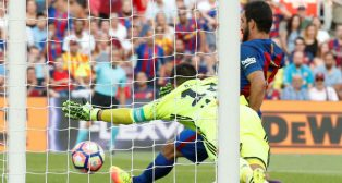 Adán trata de impedir el remate de Arda en el Camp Nou (Foto: Reuters)