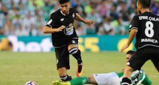 Juanfran intenta progresar durante el Betis-Deportivo