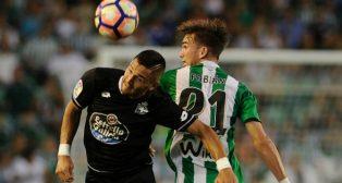 Fabián pugna con Andone durante el Betis-Deportivo