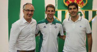 Brasanac posa junto a Miguel Torrecilla y Ángel Haro (Foto: Real Betis)