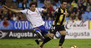 Cabrera realiza una entrada sobre Rubén Castro en un partido jugado en La Romareda (Foto: Fabián Simón)