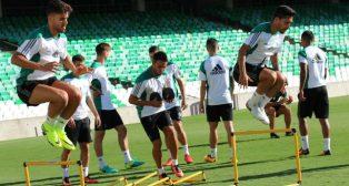 Varios futbolistas del Betis, durante un entrenamiento en el Benito Villamarín (Foto: Real Betis)