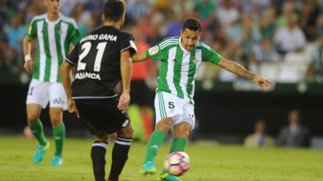 Petros realiza un disparo en el Betis-Deportivo. Foto: J. J. Úbeda