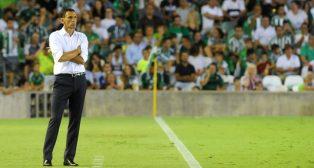 Gustavo Poyet, durante el partido (Foto: Juan José Úbeda).