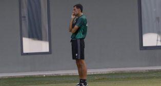 Gustavo Poyet, entrenador del Betis, hablando por teléfono en el entrenamiento del 31 de agosto (Foto: Pepe Ortega)