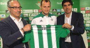 Roman Zozulia posa para los medios en su presentación como jugador del Betis