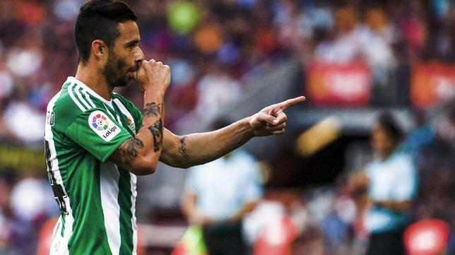 Rubén Castro celebra su primer gol en el Camp Nou (Foto: Efe).