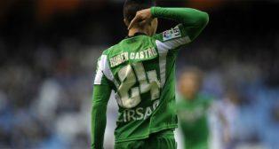 Rubén Castro señala su nombre en la camiseta tras marcar un gol en Riazor ante el Deportivo (Foto: Miguel Riopa)