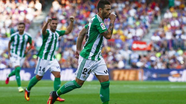 Rubén Castro celebra uno de los goles anotados en el Camp Nou (Foto: EFE)