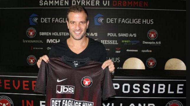 Van der Vaart luce la camiseta del Midtjylland