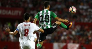 Álex Alegría controla el balón ante Iborra en el Sevilla-Betis