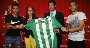 Rubén Castro y Brasanac posan junto al consejero Ramón Alarcón y Marta García, de Marketing de Heineken España (Foto: RBB)