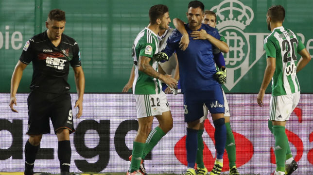 Adán es felicitado tras parar un penalti contra el Granada (Foto: EFE)