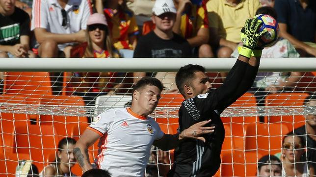 Adán ataja un balón en el partido ante el Valencia