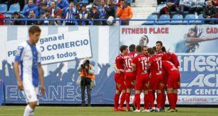 Álex Alegría sobresale en la piña de jugadores del Numancia tras un gol del cacereño al Leganés