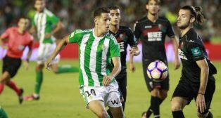 Álex Alegría pelea un balón en el partido ante el Granada (Foto: Raúl Doblado)