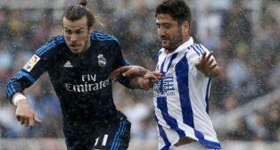 El realista Markel Bergara disputa un balón con el madridista Bale (Foto: EFE)