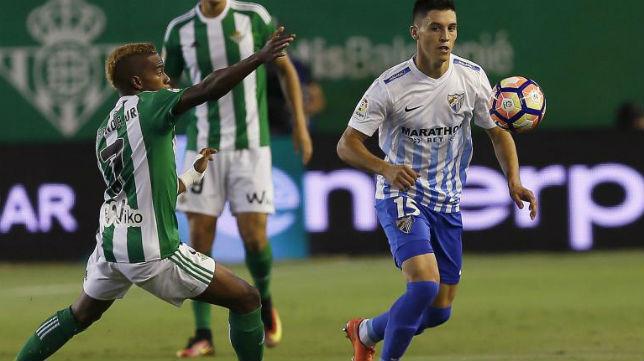 Musonda pelea un balón en la banda frente al Málaga
