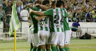 Los jugadores del Betis celebran el tanto de Joaquín ante el Málaga