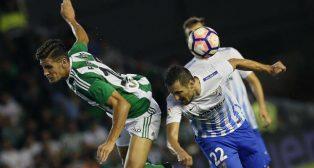 Álex Alegría pelea un balón con un jugador del Málaga