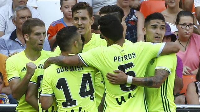 Los jugadores del Betis celebran uno de los goles logrados en Valencia
