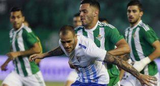 Bruno pugna con el malaguista Sandro en un lance del Betis-Málaga