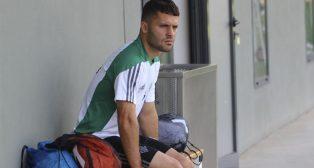 Riza Durmisi observa el entrenamiento de sus compañeros sentado en un banco de la ciudad deportiva (Foto: Real Betis)