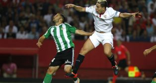 Durmisi salta con Nasri en el Sevilla-Betis (J. M. SERRANO)