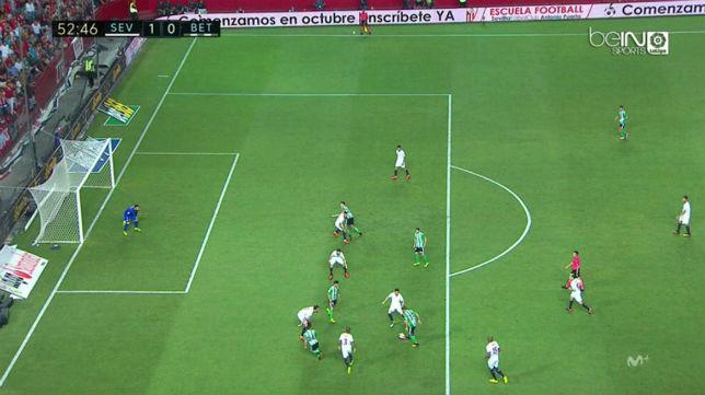 Captura de la jugada en la que Estrada Fernández le anuló el gol al Betis